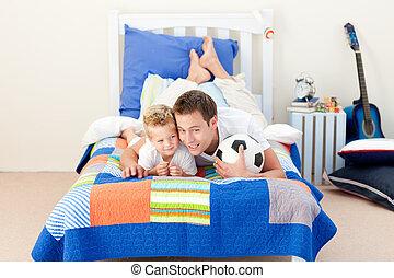 白膚金發碧眼的人, 小男孩, 以及, 他的, 父親, 觀看, a, 足球比賽