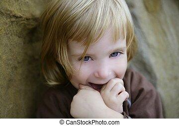 白膚金發碧眼的人, 很少, 學步的小孩, 女孩, 由于, 有趣, 姿態