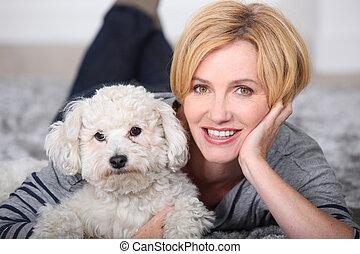 白膚金髮, 婦女, 躺, 在地毯, 由于, a, 小, 絨毛狀, 白色的狗