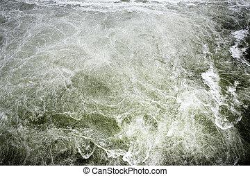 白色的水, 背景