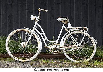 白, 古い, 錆ついた, 自転車, 上に, a, 黒, 木製である, wall., 型, 背景