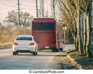 白, 自動車, そして, 赤, バス, 旅行中に
