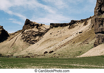 白, 青緑, 背景, 岩が多い 山, 牛, フィールド, 空, 草, 牧草, 雲, 牧草地, に対して, iceland.