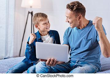 監視, フットボール, 父, 息子, 祝う, 間, 活発, オンラインで, 勝利