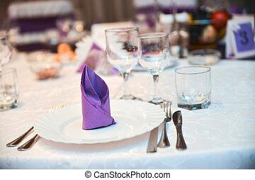 盤子, 刀, 叉子, 以及, 紫色, 餐巾