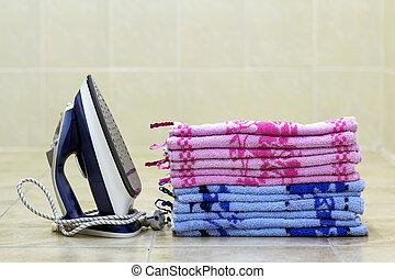 盤子, teflon, generator., 獨一, 其次, 亞麻布, holes., 蒸汽, 毛巾, 熨衣服, 小, 蓋, 堆, ironed, iron., 躺