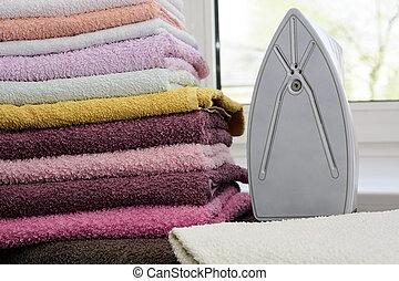 盤子, teflon, generator., 獨一, 洞, 其次, 亞麻布, 蒸汽, 毛巾, 熨衣服, 小, 蓋, 堆, ironed, iron., 躺