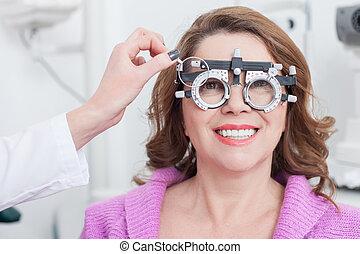 目を調べる, メガネ屋, 朗らかである, 女性, 人間