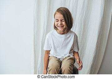 目, 屋内, カーテン, 上に, モデル, 笑っている小さい少女, closed., 白, 彼女