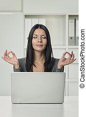 相当, 妇女使用笔记本电脑, 带, 瑜伽, 手, 姿态