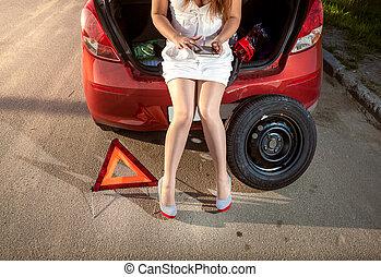 相片, ......的, 婦女, 瀏覽, 上, 片劑, 怎樣, 到, 固定, 打破, 汽車