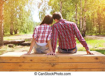 相當, 年輕, 現代, 夫婦, 在愛過程中, 休息, 在戶外, 在公園