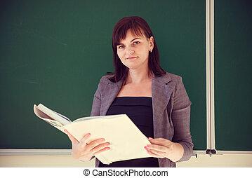 相當, 年輕, 老師, 是, 站立, 由于, 書, 近, 黑板