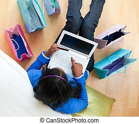 相當, afro-american, 青少年, 使用, a, 膝上型, 坐, 在之間, 購物袋, 在地板上, 在,...