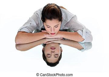 眼睛, 妇女, 她, 反映, 关闭, 倾斜, 桌子