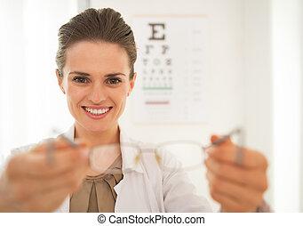 眼科医, 女性の医者, 寄付, メガネ, 微笑