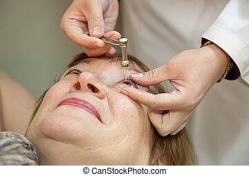 眼科医, 目, 処置, 緊張
