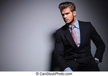着席させる, 若い, ファッションモデル, 中に, スーツ, 顔つき, 離れて