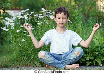瞑想する, 男の子, 屋外で