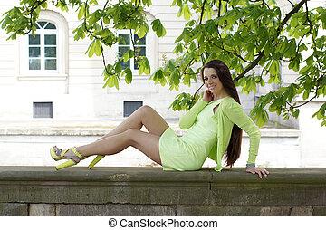 石, 女性の モデル, 壁, 木, 下に, 微笑