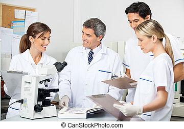 研究者, 生徒, メモをとる, 実験室