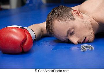 破られた, boxer., クローズアップ, の, 破られた, ボクサー, 横たわる, 上に, ∥, ボクシングのリング, ∥で∥, 閉じられた目