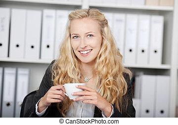 確信した, コーヒー, 女性実業家, 保有物のコップ