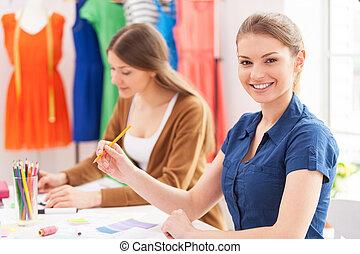 確信した, ファッション, カメラ, デザイナー, 座っている女性, 一緒に, 同僚, 微笑, designers., 彼女, 見る, 美しい, 間