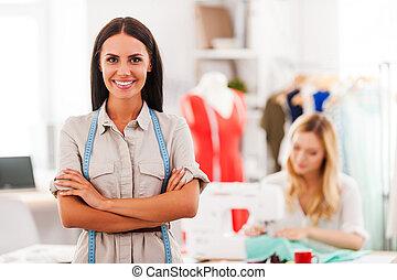 確信した, 女, ファッション, 交差する 腕, 若い, 背景, expert., 朗らかである, 微笑, もう1(つ・人), 裁縫, 保持, 間