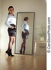 確信した, 若い, 女性実業家, ポーズを取る, の前, 鏡