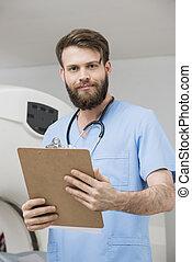 確信した, 若い, 男性の医者, ∥で∥, クリップボード, 中に, 検査 部屋