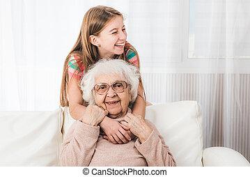 祖母, 孫娘, 抱き合う