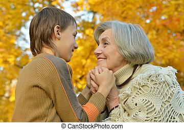 祖母, 孫, 手を持つ
