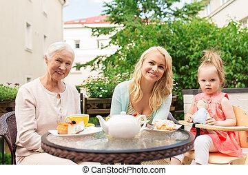 祖母, 母, 孫娘, カフェ