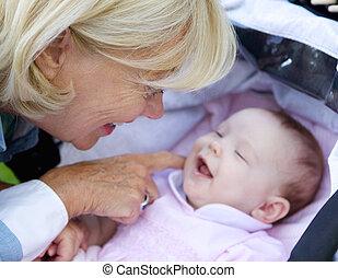 祖母, 赤ん坊, 微笑, くすぐること