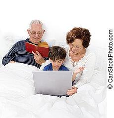 祖父母, ラップトップ, 孫, ベッド