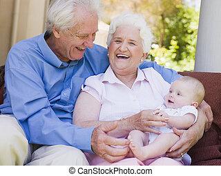 祖父母, 屋外で, 上に, 中庭, ∥で∥, 赤ん坊, 微笑