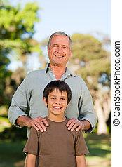 祖父, ∥で∥, 彼の, 孫, カメラを見る, 公園