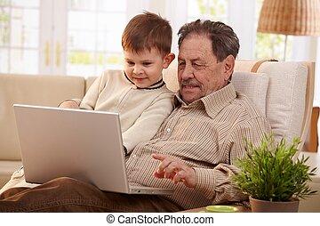 祖父, 使用計算机, 在家