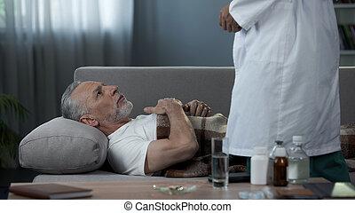 祖父, 說謊 在 長沙發, 以及, 抱怨, 醫生, ......的, 心, 痛苦, 健康護理