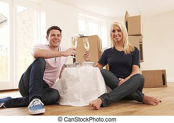 祝うカップル, 引っ越し, 新しい 家, シャンペン