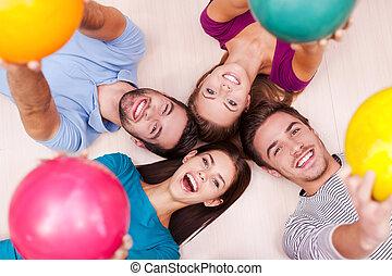 私達, ∥(彼・それ)ら∥, 一緒に。, 友人, 幸せ, 下方に, ボール, ボウリング, 朗らかである, あること, outstretching