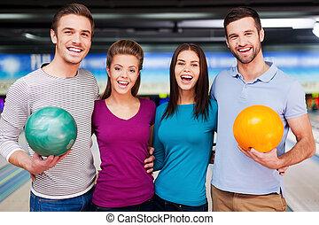 私達, game., 愛, に対して, 細道, カメラ, 友人, ボウリング, 朗らかである, 微笑に立つこと, 見る, これ, 間
