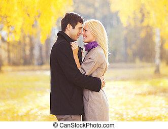 秋天, 肖像, ......的, 愉快, 愛, 年輕夫婦, 在愛過程中, 在戶外