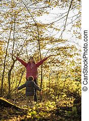 秋, よちよち歩きの子, 彼女, 投げる, 葉, の上, 若い, 高く, 空気, 母, 息子, 幸せ