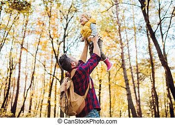 秋, よちよち歩きの子, 父, 空気, forest., 成長した, 息子, 持ち上がること