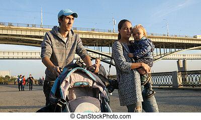 秋, わずかしか, 家族の歩くこと, 一緒に, 若い, プロムナード, 息子, 幸せ