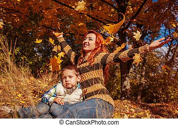 秋, わずかしか, 彼女, 投げる, 葉, 歩くこと, 息子, forest., 母, 楽しみ, 空気, 持つこと, 幸せ