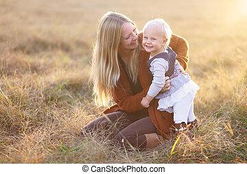 秋, 外, 笑い, 母, 女の赤ん坊, 遊び, 幸せ