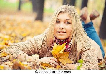秋, 女, 公園, 卵を生む, 若い, 下方に, 地面
